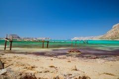 Plage de Balos avec le pont de mer Image libre de droits