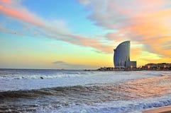 Plage de Barcelone sur le coucher du soleil photos libres de droits