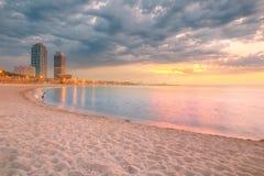 Plage de Barceloneta à Barcelone au lever de soleil photographie stock