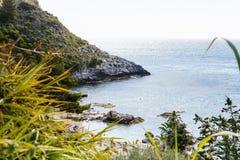 Plage de bella d'Isola près de ville de Taormina, Sicile Photographie stock