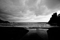 Plage de bord de la mer en noir et blanc Photographie stock libre de droits