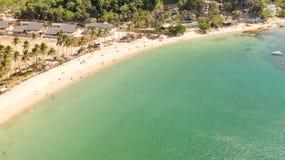 Plage de cabanes de Las Îles et plages d'EL Nido Les touristes d?tendent sur la plage blanche photo stock