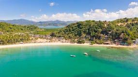 Plage de cabanes de Las ?les et plages d'EL Nido Les touristes d?tendent sur la plage blanche photographie stock libre de droits