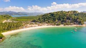 Plage de cabanes de Las ?les et plages d'EL Nido Les touristes d?tendent sur la plage blanche photo stock