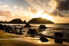 Plage de cachorro de coucher du soleil image stock