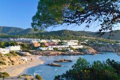 Plage de Cala Tarida dans Ibiza, Espagne Images stock