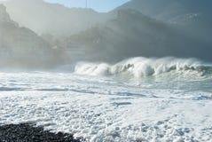 Plage de Camogli dans un jour ensoleill? avec des vagues de haute mer images stock