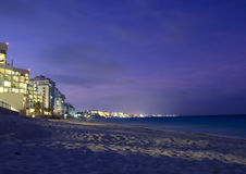 Plage de Cancun la nuit Images stock