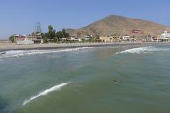 Plage de Cerro Azul au sud à de Lima, Pérou Photos stock