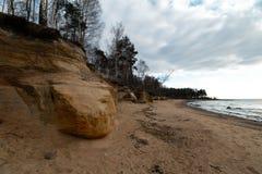 Plage de chaux à la mer baltique avec le beau modèle de sable et la couleur rouge et orange vive - écritures de touristes sur photographie stock libre de droits