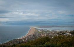 Plage de Chesil, Dorset, coucher du soleil BRITANNIQUE au-dessus de la mer Images libres de droits