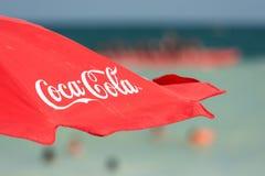 Plage de Coca Cola Umbrella On The Image libre de droits