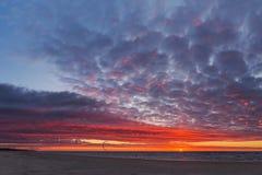 Plage de coucher du soleil avec des sportifs Photographie stock libre de droits