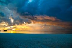 Plage de coucher du soleil des Maldives Photographie stock libre de droits