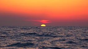Plage de coucher du soleil, lever de soleil sur le bord de la mer, océan au crépuscule en été, paysage marin crépusculaire banque de vidéos