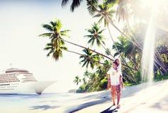 Plage de couples collant le concept Romance de vacances Image stock