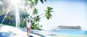 Plage de couples collant le concept Romance de vacances Images stock