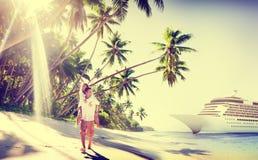 Plage de couples collant le concept Romance de vacances Photos libres de droits
