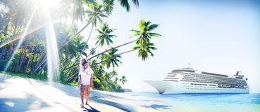 Plage de couples collant le concept Romance de vacances Image libre de droits