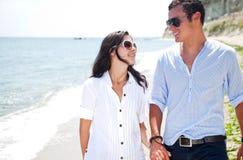 Plage de couples d'amour Photo stock