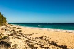 Plage de destination de voyage de Paradise à Hamilton, Bermudes Plage de coude avec le sable d'or et un beau coucher du soleil photos stock