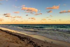 Plage de destination de voyage de Paradise à Hamilton, Bermudes Plage de coude avec le sable d'or et un beau coucher du soleil photographie stock libre de droits