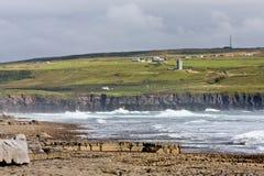 Plage de Doolin avec le château de Doonagore, comté Clare, Irlande Images stock