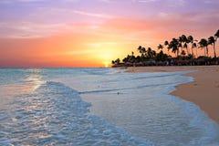 Plage de Druif au coucher du soleil sur l'île d'Aruba en mer des Caraïbes images libres de droits