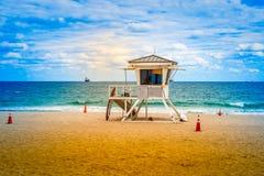 Plage de Fort Lauderdale avec la tour de maître nageur photographie stock