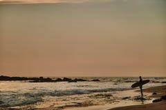 Plage de Gurubebila dans Sri Lanka L'Océan Indien Coucher du soleil La ville de Weligama photographie stock