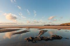 Plage de Gwithian avec le ciel bleu - les Cornouailles photographie stock