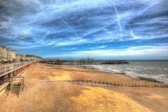 Plage de Hastings et pilier East Sussex R-U dans HDR coloré photographie stock libre de droits