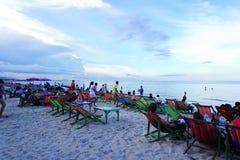 Plage de Hau Hin, Thaïlande - 17 juillet 2016 : Chaise de plage sur le sable au-dessus du ciel nuageux Images stock