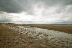 Plage de Houlgate dans Normandie avec de l'eau le ciel nuageux et sur le sable 4 Image stock