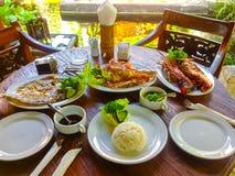 Plage de Jimbaran de Balinese célèbre pour l'it& x27 ; restaurants parfaits de fruits de mer de s image libre de droits
