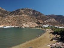Plage de Kamares dans la ville Sifnos Grèce Cyclades de port Images stock