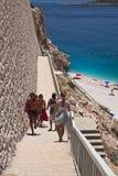 Plage de Kaputas, Turquie - 4 juillet 2012 : touristes allant vers le bas sur la belle plage dans l'été chaud Image stock