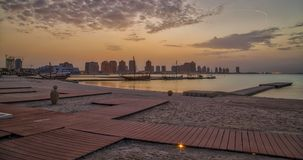 Plage de Katara dans Doha, vue de coucher du soleil du Qatar Photo libre de droits