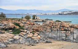 Plage de Kolymbithres et ville de Naoussa, Paros, Grèce photographie stock libre de droits