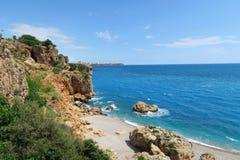 Plage de Konyaalti, Taurus Mountains et falaises à Antalya, inTurkey Images libres de droits