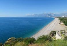 Plage de Konyaalti vue des falaises d'Antalyas Photos stock