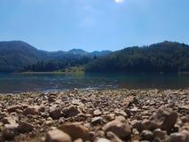 Plage de lac photographie stock libre de droits