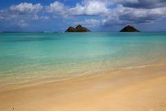 Plage de Lanikai avec des îles de Mokulua connues également en tant que les îles jumelles ou Moks Photographie stock libre de droits