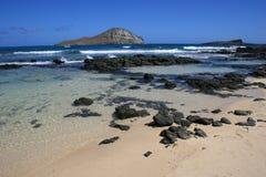 Plage de Lanikai avec les îles en mer image stock
