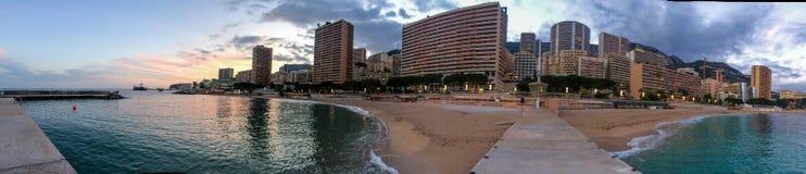 Plage de Larvotto au coucher du soleil au Monaco Photo stock