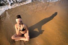 Plage de méditation à la maison de yoga Images libres de droits