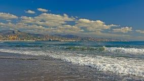 Plage de Malaga, avec le port et les montagnes à l'arrière-plan image stock