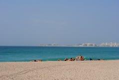 Plage de marina de Dubaï avec l'Atlantide sur le dos Image stock