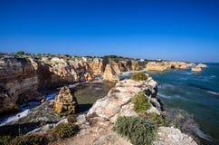 Plage de Marinha, située sur la côte atlantique dans le Portugal, Algarve image stock