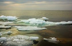 Plage de mer baltique avec de la glace flottant dans une eau, par F naturel image stock